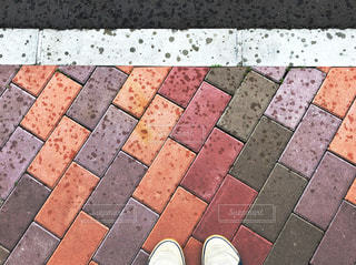 雨,カラフル,足元,鮮やか,レンガ,コンクリート,地面,梅雨,スニーカー,雨粒,白線,梅雨入り,フォトジェニック,多色