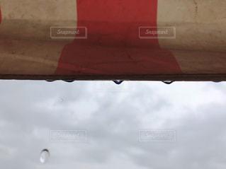 空,赤,白,雲,テント,雫,梅雨,しずく,滴,雨粒,梅雨入り,フォトジェニック,2分割構図