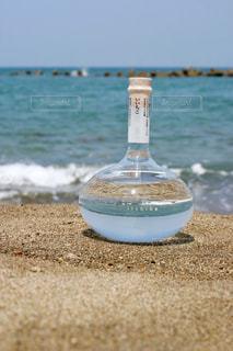いいちこフラスコボトルと海の写真・画像素材[1272514]
