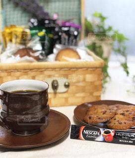 ネスカフェ レギュラーソリュブルコーヒーとクッキーの写真・画像素材[1291651]