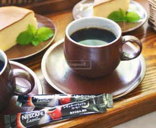 ネスカフェ レギュラーソリュブルコーヒーとケーキの写真・画像素材[1291655]