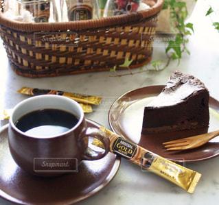 ネスカフェ ゴールドブレンドとチョコレートケーキの写真・画像素材[1291676]