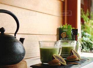 濃い贅沢抹茶ラテの写真・画像素材[1305968]