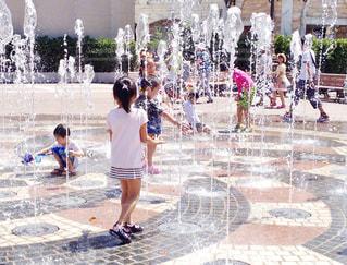 噴水で遊ぶ子どもたちの写真・画像素材[1326642]