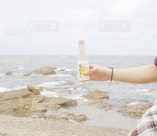 女性,海,空,夏,手,水面,海岸,水平線,瓶,人物,人,旅行,石川県,ドライブ,能登,お出かけ,飲料,持つ,チェック柄,熱中症対策,塩分補給,塩れもん。