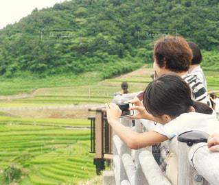 白米千枚田を撮影する女の子の写真・画像素材[1445575]