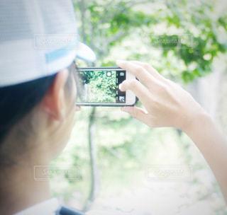 滝を撮影する女の子の写真・画像素材[1464308]