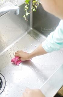 子ども,ピンク,手,女の子,掃除,エコ,手編み,環境,手伝い,アクリル毛糸,シンク,洗う,持つ,アクリルたわし