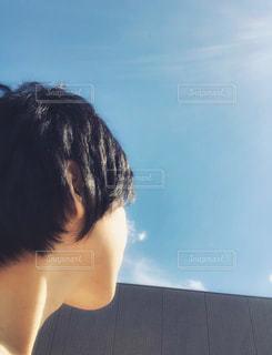 空,建物,ショートカット,屋外,青空,光,見上げる,人物,壁,人,夢,ポジティブ,希望,決断,目標,チャレンジ,挑戦,前向き,向上心,上を向く