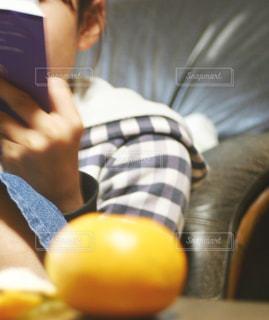 小説を読む女の子の写真・画像素材[1632025]