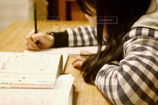 10代,屋内,チェック,部屋,女の子,人物,人,中学生,勉強,鉛筆,プリント,受験,自宅,学習,受験勉強,受験生,参考書,問題集,高校受験,家庭学習,筆記,書き込む,解く