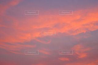ピンク色に染まる雲の写真・画像素材[1807432]