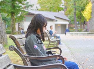 ベンチに座る少女の写真・画像素材[1824085]
