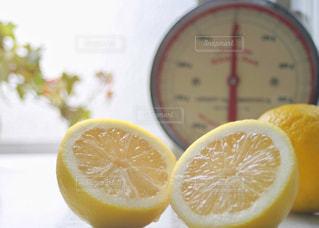キッチン,屋内,黄色,フルーツ,果物,みずみずしい,レモン,果実,イエロー,新鮮,カット,カラー,色,黄,2,フレッシュ,yellow,切り口,はかり,国産レモン