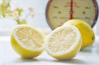 キッチン,屋内,黄色,鮮やか,フルーツ,果物,みずみずしい,レモン,果実,イエロー,カット,カラー,色,黄,2,フレッシュ,yellow,切り口,はかり,国産レモン