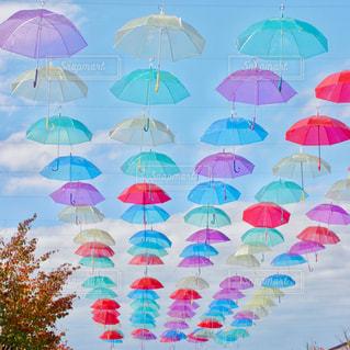 カラフルな傘の写真・画像素材[2183686]
