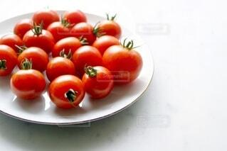 食べ物,屋内,緑,赤,白,トマト,野菜,皿,ミニトマト,食品,たくさん,健康,緑黄色野菜,新鮮,丸い,食材,大理石,フレッシュ,生野菜,ベジタブル,複数,栄養,リコピン,採れたて野菜