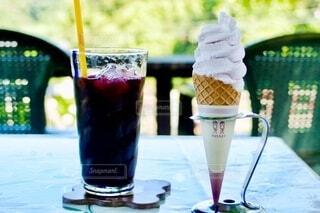 ブルーベリーのジュースとソフトクリームの写真・画像素材[3686455]