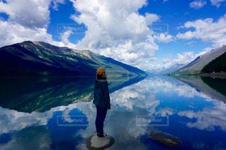 山の前に立っている男の写真・画像素材[708922]