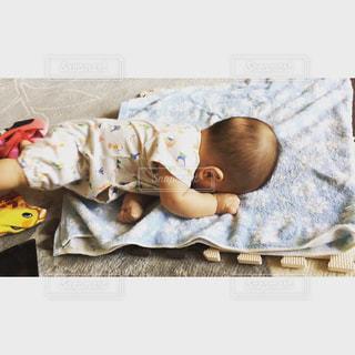 ベッドで寝ている男の写真・画像素材[708235]