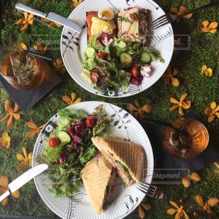 皿の上の食べ物の束の写真・画像素材[2292453]