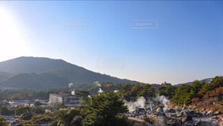 背景の山と水の大きな体の写真・画像素材[867269]