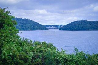 背景の山と水の大きな体 - No.915811