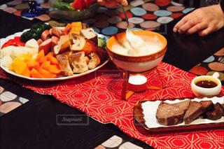 テーブルな皿の上に食べ物のプレートをトッピングの写真・画像素材[934933]
