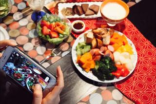 テーブルの上に食べ物のプレートの写真・画像素材[934939]