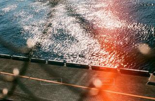 水のサーフボードで波に乗って男 - No.708207