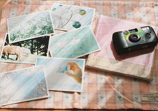 テーブルの上のチラシのスタックの写真・画像素材[705915]