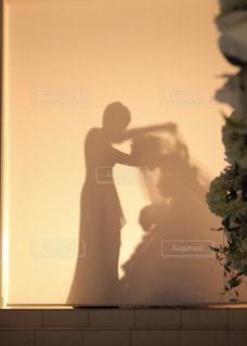 カメラにポーズ鏡の前に立っている人の写真・画像素材[1231115]