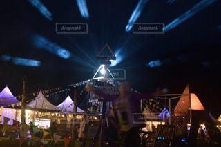 観客の前でステージ上を実行する人々 のグループの写真・画像素材[718567]