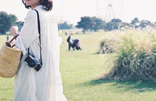 草の覆われてフィールド上に立っている人の写真・画像素材[1171485]