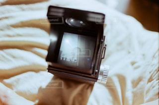 ベッドの上で横になっている人の写真・画像素材[1431532]