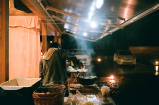 テーブルの上で食べ物を調理する人の写真・画像素材[2369232]