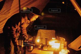 夜にライトアップされる男の写真・画像素材[2369243]