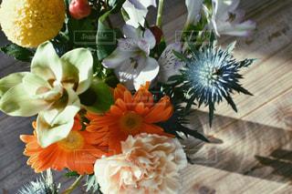 テーブルの上に花の花瓶の写真・画像素材[3084697]