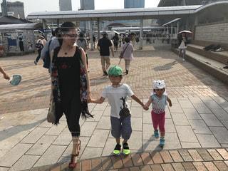 歩道を歩いている人のグループの写真・画像素材[725952]