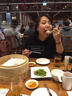 食事のテーブルに座っている女性の写真・画像素材[926241]