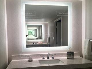洗面台と鏡付きのバスルーム - No.756850