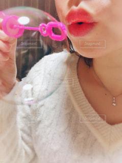 彼女の口に歯ブラシで彼女の歯を磨く女性の写真・画像素材[858087]