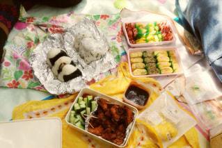 テーブルの上に食べ物の種類でいっぱいのボックス - No.767022