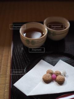 テーブルの上のコーヒー カップの写真・画像素材[910759]