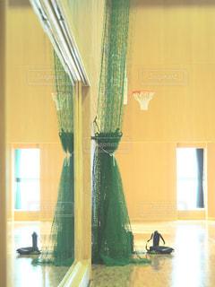 部屋の家具と大きな窓いっぱいの写真・画像素材[990266]