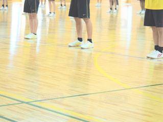 バスケット ボールのコートに立っている人々 のグループの写真・画像素材[990274]