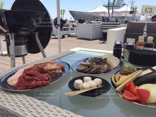 テーブルな皿の上に食べ物のプレートをトッピング - No.1205485