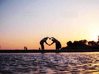 水の体に沈む夕日の写真・画像素材[1219389]