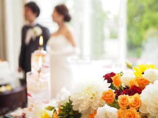 テーブルの上の花の花瓶 - No.1233755