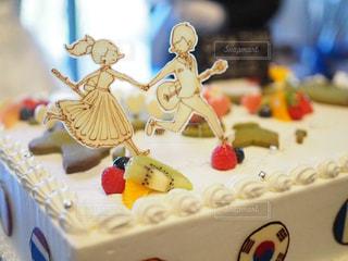 白いカーテンで飾られたバースデー ケーキの写真・画像素材[1233758]